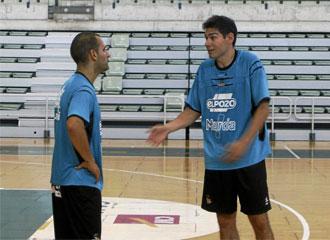Dani Salgado charla con Kike durante un entrenamiento de ElPozo Murcia.