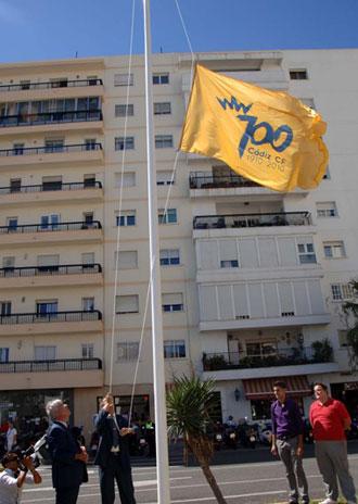 El izado de la bandera del centenario en C�diz