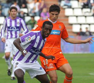 Goitom disputa el bal�n con J�sus V�zquez en el partido de la temporada 2008/2009 entre el Valladolid y Recreativo en Zorrilla.