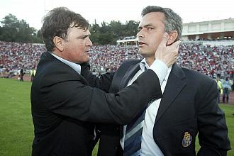 Camacho y Mourinho se saludan tras el partido