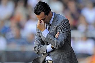 Unai Emery, pensativo durante el partido con el Racing