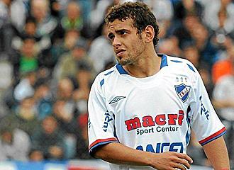 Diego Rodr�guez, durante un partido con Nacional de Uruguay.
