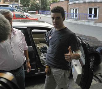 Igor Ant�n en su salida del hospital.