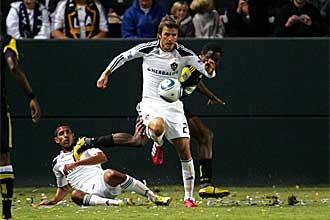David Beckham, con el bal�n controlado, en un momento del encuentro
