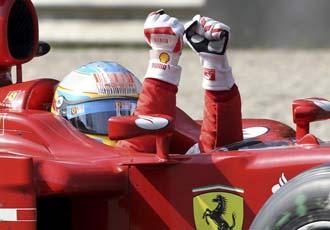 Alonso celebra su victoria en el coche
