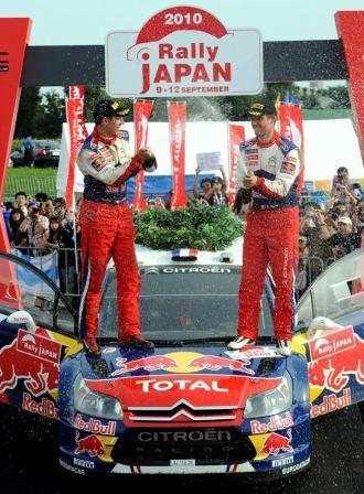 Sebastien Ogier y su copiloto Julien Ingrassia celebran la victoria