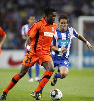 Daniel Tozser, del Racing Genk, intenta eludir la marca del portuqu�s Joao Moutinho en un partido de la Europa League.