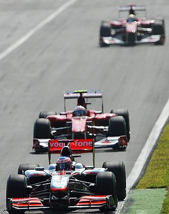 Un momento de la carrera en el circuito de Monza con Alonso presionando la primera posici�n de Button.