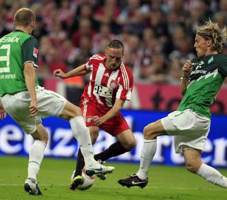 Franck Ribery controla el bal�n ante dos defensas del Werder Bremen en la pasada jornada de la Budesliga alemana.
