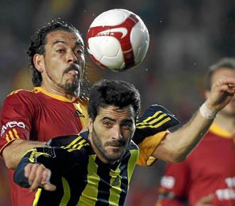 Dani G�iza disputa un bal�n ante un defensa del Galatasaray en un partido de la Liga turca con su equipo, el Fenerbache.