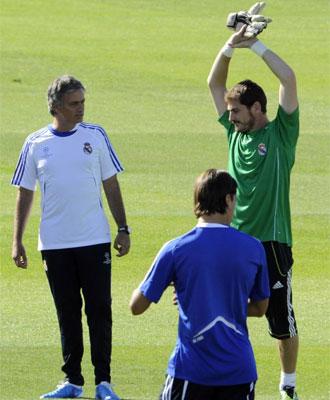 Jos� Mourinho habla con Casillas en un entrenamiento.