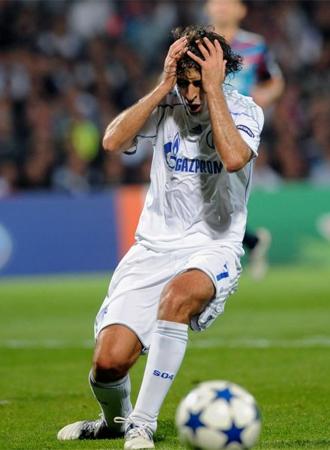 Ra�l se lamenta en el partido ante el Olympique de Lyon.