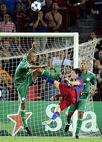 Messi dispara de forma acrob�tica en el partido frente al Panathinaikos.