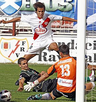 Trejo salta tras rematar un bal�n en presencia de Sergio Aragoneses durante el encuentro del s�bado ante el Tenerife