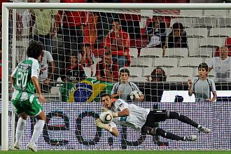 Roberto para un penalti al Setubal
