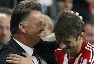 Muller celebra el gol con Van Gaal