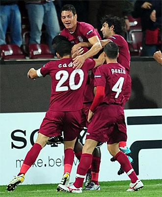 Los jugadores del Cluj celebran uno de los goles frente al Basilea.