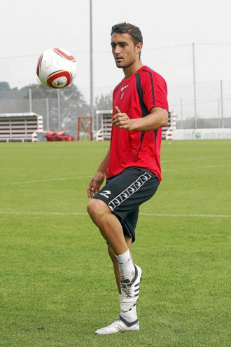 Jon Carracedo toca la pelota en las instaslaciones de Mareo.