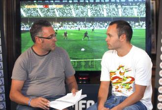 Iniesta con Sergi Font durante la presentaci�n del FIFA 11.