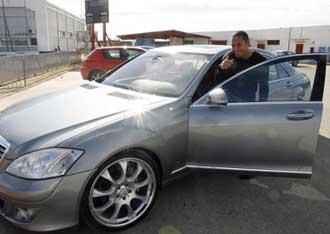 Adriano montando en su coche