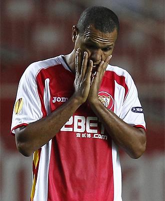 Luis Fabiano se lamenta durante el partido con el PSG