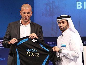 Zidane con una camiseta conmemorativa de la candidatura de Qatar 2022