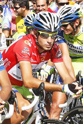 Vicenzo Nibali, vestido de l�der antes de la etapa entre Gij�n y Cotobello.