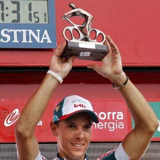 El belga levanta el trofeo que le acredita como vencedor de la etapa