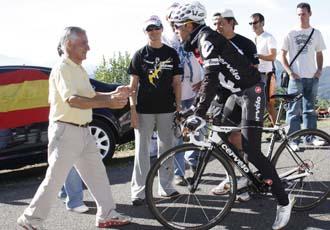 V�ctor Sastre saluda a su hijo durante una de las etapas en Asturias de esta Vuelta
