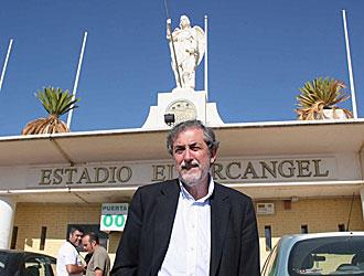 El presidente Jos� Manuel Salinas en la puerta del Nuevo Arc�ngel de C�rdoba