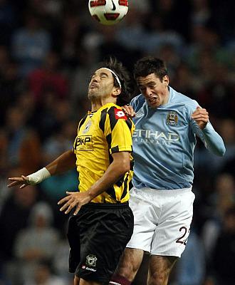 Cosmin Contra y Gregory Cunningham, del Manchester City, pugnan por un bal�n durante la fase previa de la Europa League.