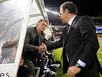 Lasarte salud� a Mourinho antes del comienzo del partido