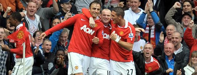 Los jugadores del United celebran con Berbatov uno de sus tres goles ante el Liverpool. FOTO: AFP
