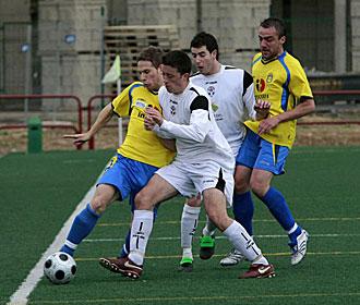 Imagen del encuentro entre el Calasancio y el Arnedo -de blanco- durante un partido de la pasada temporada