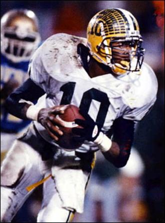 Como �quaterback� de Bethel dirigi� a su equipo a conquistar el campeonato del estado de Virginia en 1992