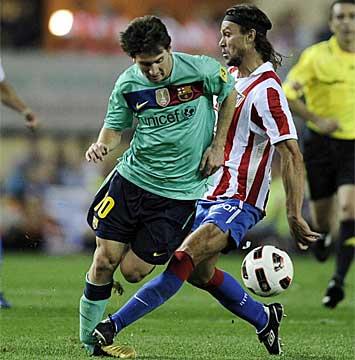 Tomas Ujfalusi y Lionel Messi