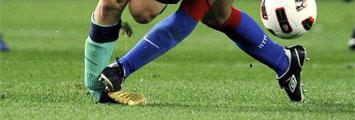 Momento de la entrada de Ujfalusi a Messi