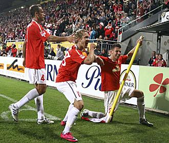 Los jugadores del Mainz celebran uno de los tantos de Holtby.