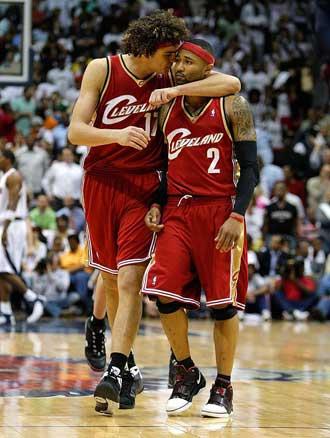 Varejao consolando a Mo Williams durante un partido de los Cavaliers