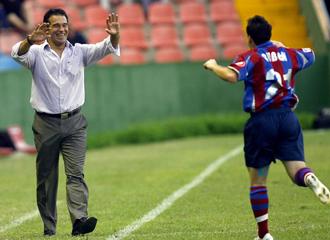 Garc�a Plaza celebra un gol con uno de sus jugadores