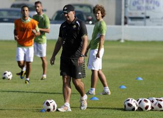 Pepe Mel durant un entrenamiento con su equipo.