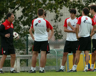 Caparr�s da instrucciones a sus jugadores durante una sesi�n preparatoria del Athletic Club de Bilbao.