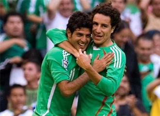 Vela y Efra�n Ju�rez, durante un partido.