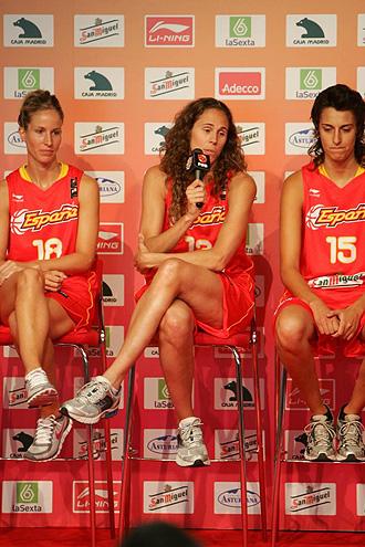 Amaya Valdemoro se dirige a los asistentes a la presentaci�n de la selecci�n espa�ola femenina de baloncesto.