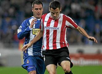 Orbaiz conduce la pelota contra el Espanyol.