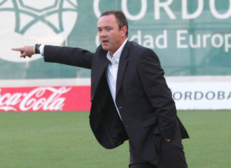 Juan Ignacio Mart�nez da indicaciones durante un partido.