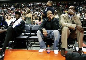 El 18 de abril de 2006, tanto Iverson como Webber llegaron tarde a la noche en que los Sixers desped�an en casa la temporada. Cheeks notific� a los medios ninguno de los dos jugar�an y Billy King, general manager de los Sixers, anunci� que ambos ser�an multados