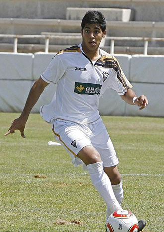 Ness Zamir controla el bal�n en un partido con el filial del Albacete
