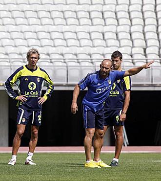 Paco J�mez imparte instrucciones durante un entrenamiento de Las Palmas en presencia del rubio Pignol y de David Garc�a
