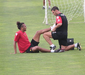 Nsue es atendido en el entrenamiento del Mallorca debido a su esguince en el pie.